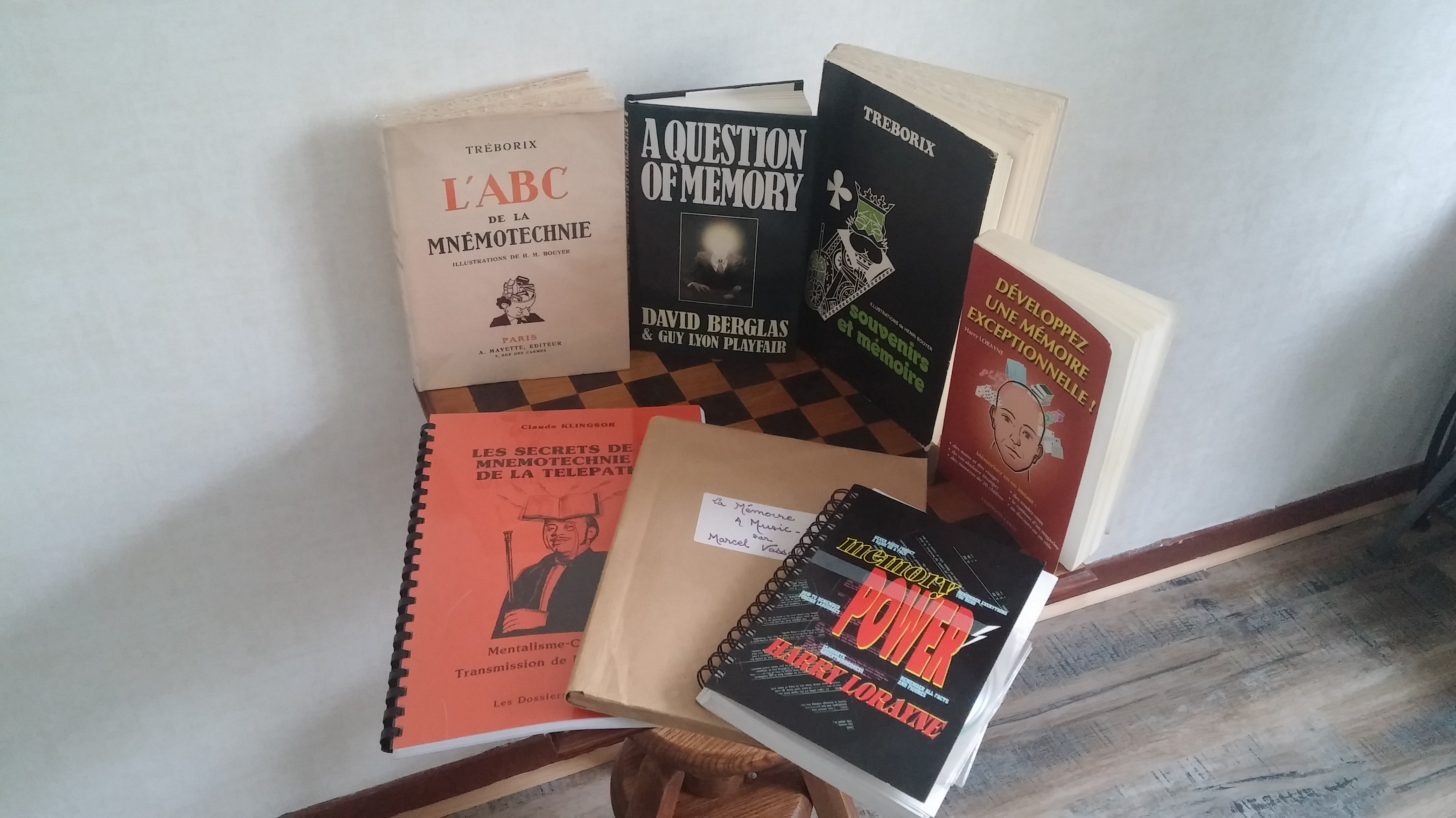 Une partie de ma collection de livres sur la mémoire écrits par des illusionnistes