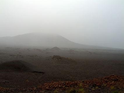 Un paysage lunaire accentué par le brouillard : le volcan !